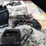 Jovem baleado na porta de barbearia é preso com revólver e drogas em SFI