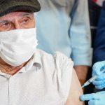 Idosos acima de 90 anos recebem terceira dose em SJB