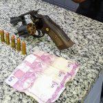 Jovem preso com revólver e munições em Campos