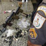 Jovens presos com pistolas, revólver, munições e drogas em SFI