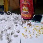 Homem preso e adolescente apreendida com drogas em SJB
