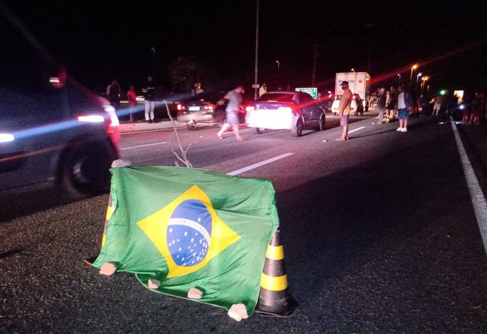 Manifestantes bloqueiam BR 101 em Campos